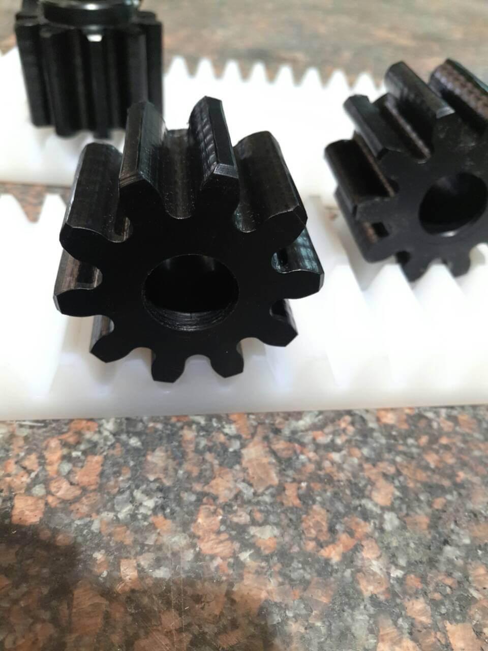 Три черных шестерни из композитного материала